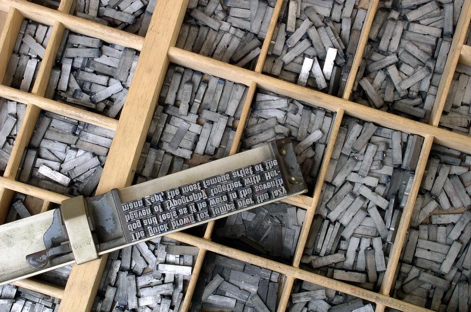 구텐베르크는 활자판을 위한 각 글자를 한묶음으로 정밀하게 절단할 수 있는 주형틀도 고안했다.