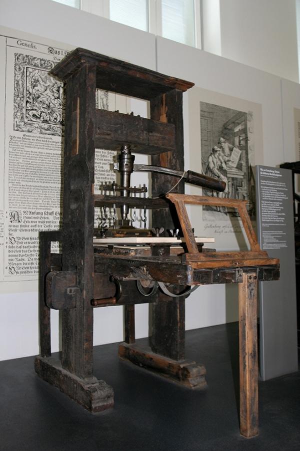 1811년까지 사용되던 압착 방식의 인쇄기. 구텐베르크는 그의 아버지가 금화를 제조하는 조폐국에서 일했다는 기록을 보아 압착을 하는 아이디어는 거기에서 가져왔을 것이다.