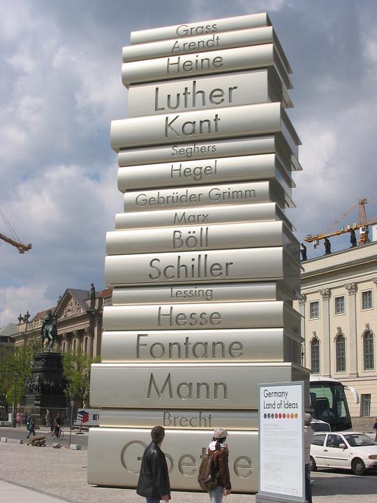 현대적 인쇄기의 발명가인 구텐베르크를 기념하는 독일 베를린의 조각상.